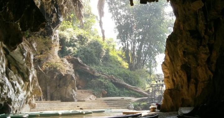Cueva de acceso a la aldea de Bàměi