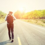 mujer-joven-caminando-con-su-mochila_1150-303